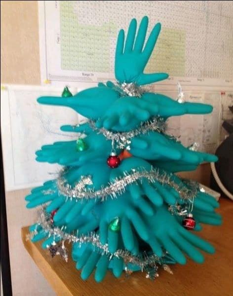 Eh oui, à Noël, en général, on pare un sapin de jolis atours ! En voici un tout à fait particulier, puisque réalisé en gants de caoutchouc...