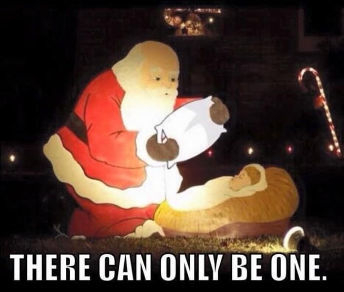 """Un internaute a repéré que cette """"crèche"""" avait un petit côté...sinistre... Ne dirait-on pas que le Père Noël... ?"""