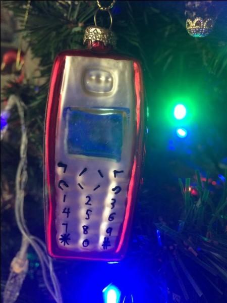 """Toujours dans l'objet inutile et laid, pourquoi pas une boule de Noël """"portable"""", on n'arrête pas le """"progrès""""... Quelles étaient les premières décorations des arbres de Noël ?"""