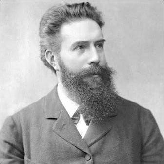 Qu'a développé Wilhelm Röntgen à partir de 1895 ?