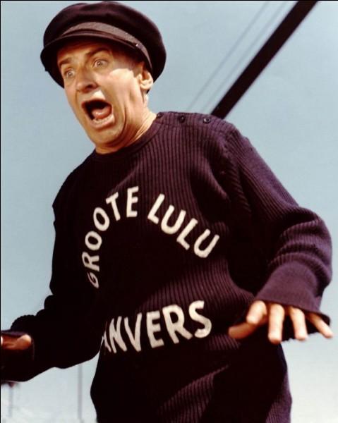 Dans quel film Louis est-il contraint de se faire prêter des vêtements et se retrouve-t-il en pull marin trop large porteur de la mention 'Groote Lulu' sur la poitrine ?