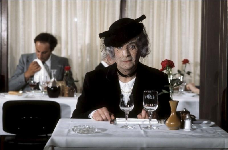 Quel est ce film dans lequel il s'habille en vieille dame à voilette pour aller déjeuner ?