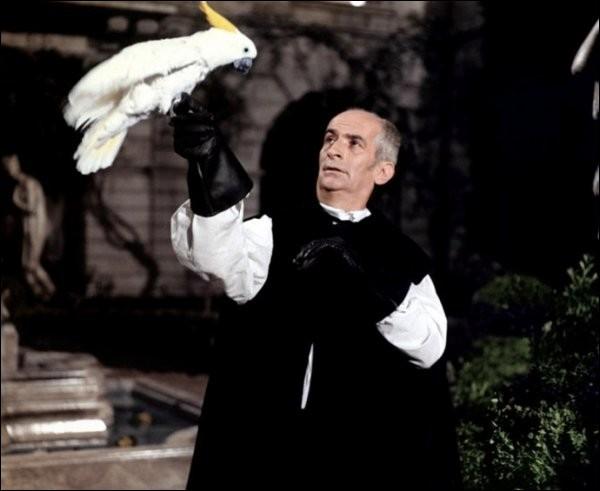 Dans quelle grande comédie Louis se retrouve-t-il à imiter la voix d'un perroquet, sous un balcon ?