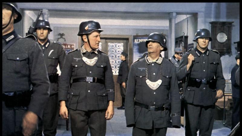 Dans 'La grande vadrouille', que découvrent Louis et son compagnon d'infortune Bourvil en arrivant à l'hôtel, en pleine nuit ?