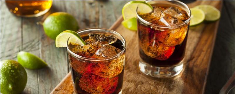Si vous êtes à la Barbade, savourez un punch planteur à base de citron vert, de sucre, d'eau gazeuse et de quel alcool ?