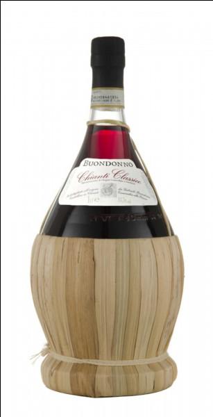 Quel est le nom de la bouteille de vin italienne typique avec un petit panier tissé en paille autour de la base ?