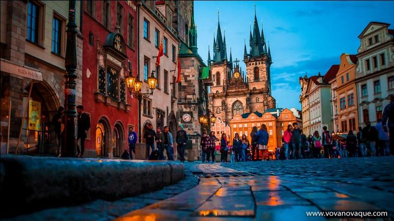 """Quelle ville est surnommée """"La ville aux mille tours et aux mille clochers"""" ?"""