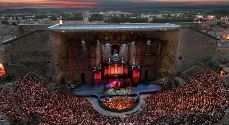 Dans quelle ville se déroule le festival annuel de musique des Chorégies ?