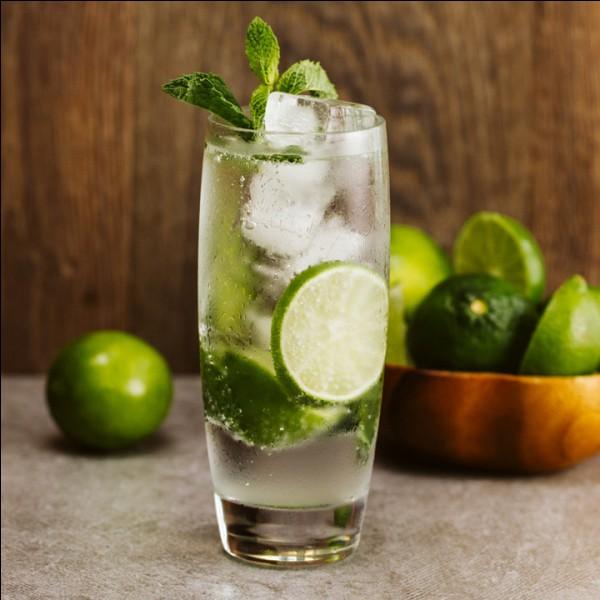 À quel alcool ajoute-t-on des feuilles de menthe et de l'eau gazeuse pour obtenir un mojito ?