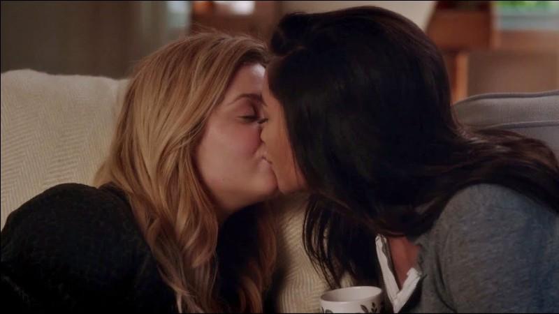 Avec quelle bague, Alison demande-t-elle Emily en mariage ?