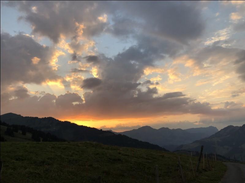 Avant le lever du soleil, c'est le crépuscule.