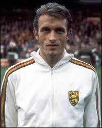 A quelle âge Pole Gazon (paul Van Himst) a-t-il fait ses débuts en équipe première d'Anerlecht ?