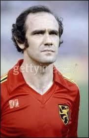 Quel âge avait l'infatigable Wilfried Van Moer lorsqu'il mit fin à sa carrière alors qu'il évoluait à st trond début 80 ?
