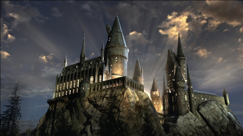 Comment s'appelle l'école fictive de magie Poudlard dans la version originale de Harry Potter ?