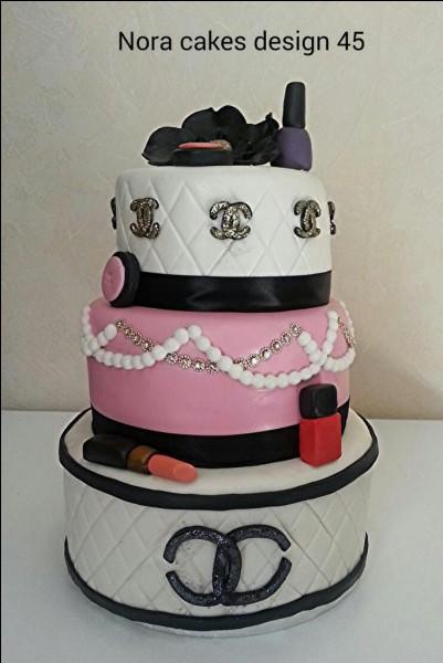 Façon boîte à bijoux, quel joyau pourrait bien camoufler ce gâteau ?