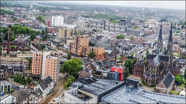 Cette ville des Pays-Bas, peuplée de 210 000 habitants, située au sud du pays dans le Brabant, c'est :