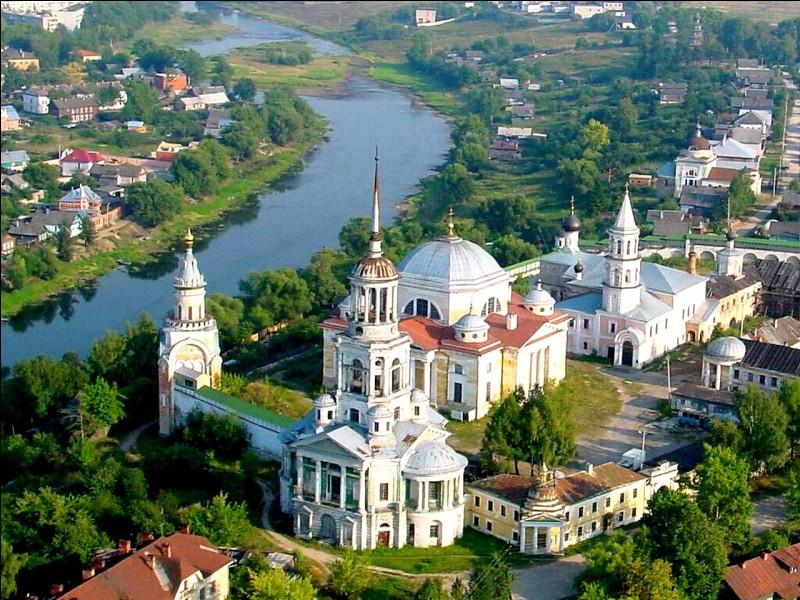 Cette ville russe de 400 000 habitants, sur la Volga au début de son cours, siège d'un importante principauté au XIVe siècle, appelée Kalinine à l'époque soviétique, c'est :