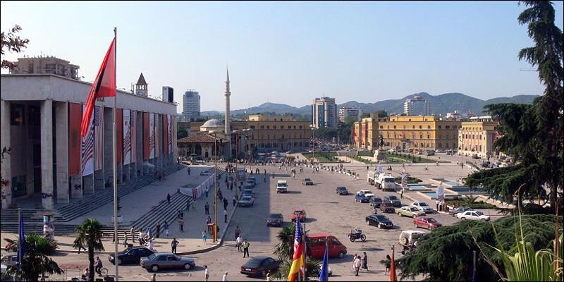 Cette ville des Balkans, capitale de l'Albanie, c'est :