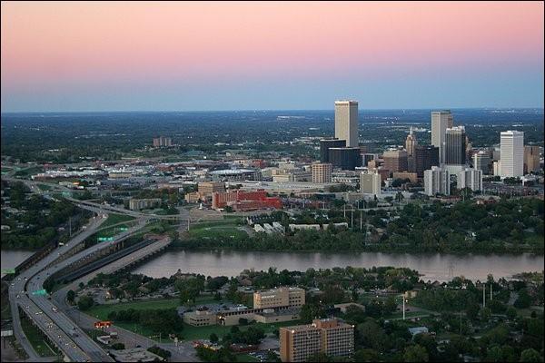 Cette ville américaine de 400 000 habitants, la deuxième plus grande ville de l'État de l'Oklahoma, c'est :