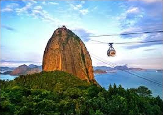Géographie : Culminant à 396 m d'altitude, le mont du Pain de Sucre, ou simplement le Pain de Sucre, est un pic granitique accessible par un téléphérique. Dans quelle ville du Brésil se situe ce lieu ?