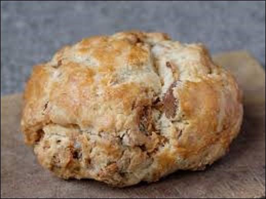 Cuisine : La pompe aux grattons est une spécialité culinaire du centre de la France. Fabriquée généralement avec une sorte de pâte à brioche salée, qui comporte moins d'œufs que la brioche classique, le beurre est partiellement ou totalement remplacée par des grattons, résidus de viande et de graisse de porc fondus et dorés.De quel département de l'ancienne région Auvergne est-elle une spécialité