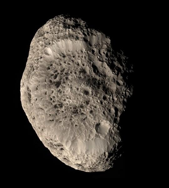 De quelle planète Hypérion est-il un satellite naturel ?