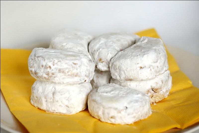 Le Kourabies est un biscuit sablé à base d'amandes souvent servi à Noël en...