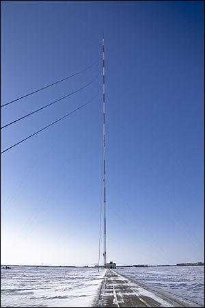 Quelle est la taille du mât de KVLY-TV ?