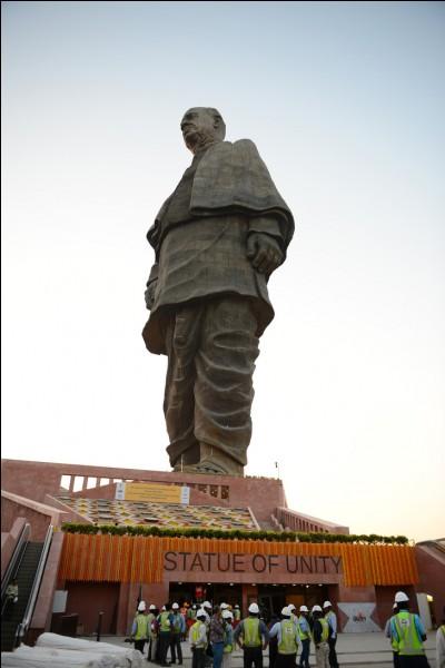 Quelle est la taille de la statue de l'Unité ?