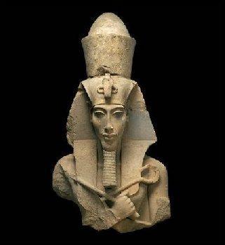 Quel nom est commun à Aménophis IV et à un chanteur de rap ?