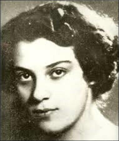 Née le 11 août à Paris, Ginette Neveu est une virtuose d'un instrument de musique. Restée célèbre dans l'accident d'avion Paris-New York qui survint le 28 octobre 1949, où elle perd la vie avec son frère et le boxeur Marcel Cerdan, de quel instrument de musique à cordes frottées était-elle une prodige ?