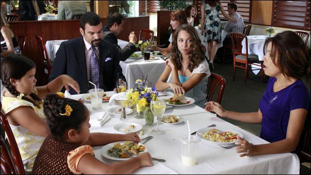 A qui appartient le restaurant où est la famille Solis ?