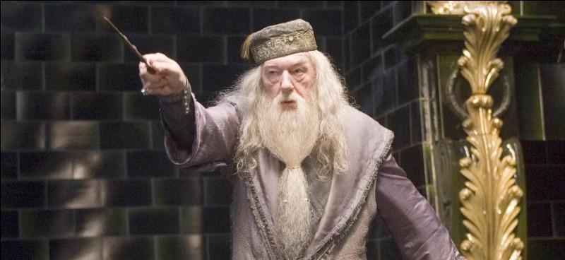 """Dans """"Harry Potter et l'ordre du Phœnix"""", comment s'appelle la femme qui veut prendre la place de Dumbledore ?"""