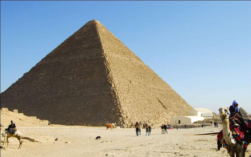 La plus grande pyramide porte le nom d'un grand pharaon. Celui-ci décide de se faire bâtir un immense tombeau sur le plateau de Giza, vers -2575. Devinez son nom !
