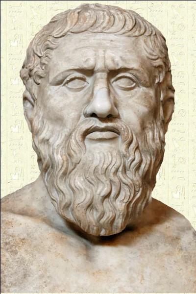 La ville la plus intellectuelle est sûrement Athènes, grâce à ses fameux penseurs. L'un deux a même une philosophie à son nom et fut le maître d'Aristote. Qui est-ce ?