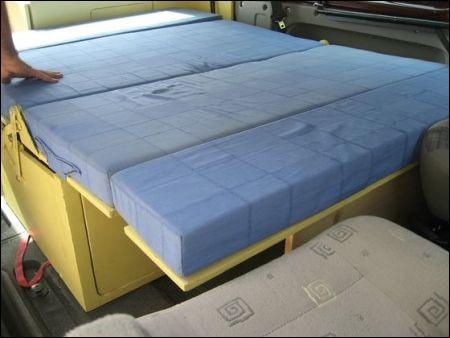 La banquette arrière permet d'accueillir trois personnes mais peut aussi se transformer en lit. Comment appelle-t-on généralement ce type de meuble ?