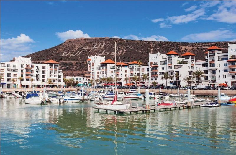 Les îles Canaries se trouvent sur mes côtes, je suis un pays de deux syllabes et Tanger est une de mes villes. Qui suis-je ?