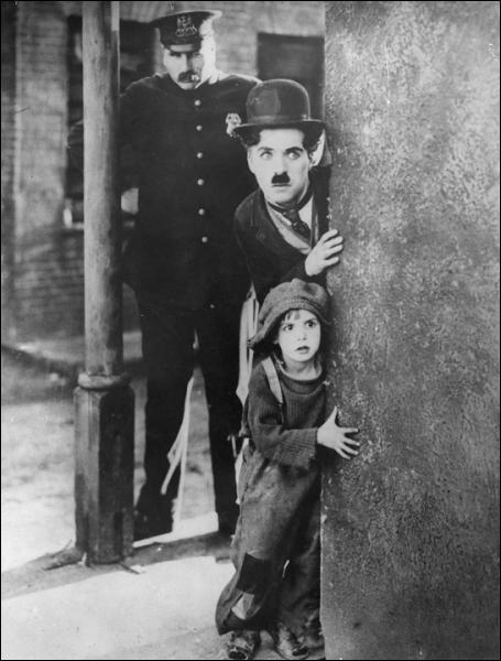 Dans 'Le Kid' en 1921, quel jeune acteur interprète le gosse ?
