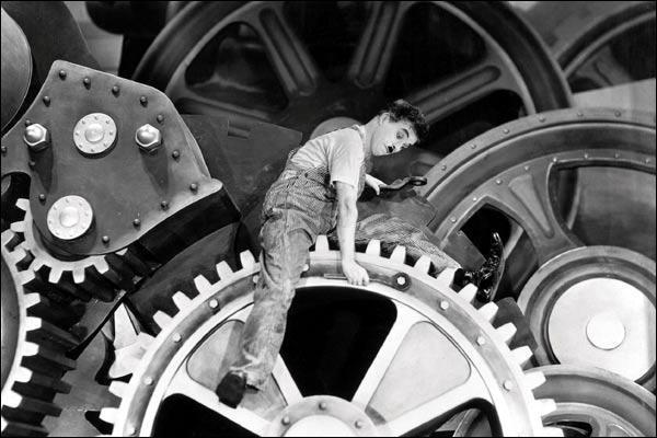 Dans quel film Charlot est-il happé par une machine et roule entre les engrenages ?