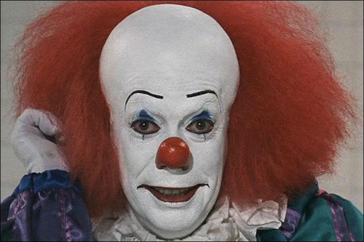Il y a les clowns, Augustes et clowns blancs, et il y a les clowns maléfiques, nés de l'imagination de scénaristes. Mais il existe bien une peur des clowns, qui prend quel nom ?