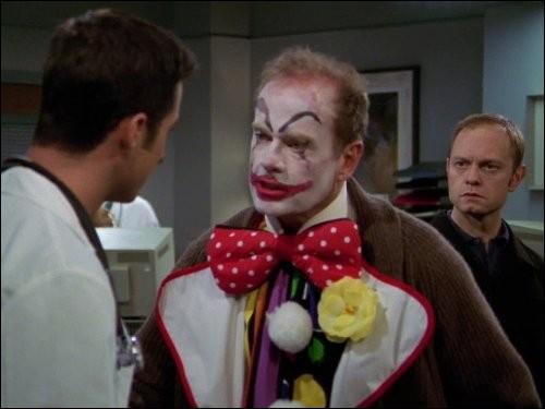 Ce clown, c'est Frasier Crane, psychiatre de son état, dans la série drôlissime, Frasier. Pourquoi est-il à l'hôpital ?