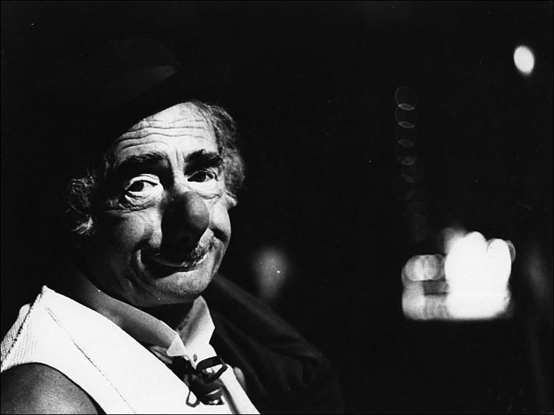 L'un des plus connus et meilleurs clowns exerçant en France fut ce clown qui enchanta des milliers, voire des millions de personnes. Il porte le prénom d'un héros grec. Qui est-il ?