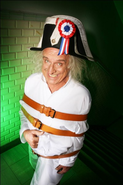 Ce clown est un artiste comique anglais totalement imprévisible et ravageur, souvenez-vous de Philippe Gildas le recevant sur Canal +, et s'étant recouvert d'un sac poubelle pour être à l'abri du pire... Qui est cet américain ?