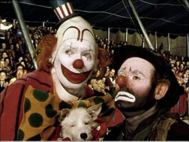 Dans ce film se passant dans le cirque Barnum, c'est James Stewart, un médecin contraint de cacher son identité, qui porte le masque du clown. Quel est ce film ?