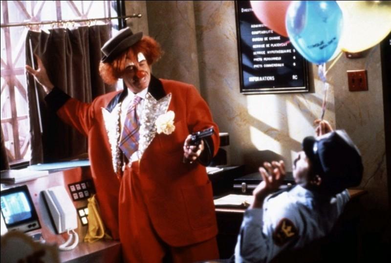 """Qui est l'acteur français, héros du film """"Hold up"""" qui se cache sous cette tenue de clown ?"""