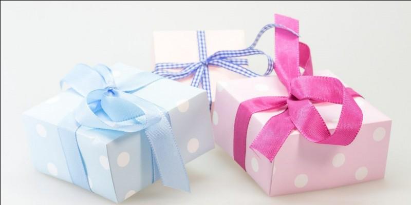 Ce qu'on décore, et c'est là, au pied, qu'il y a les fameux cadeaux !