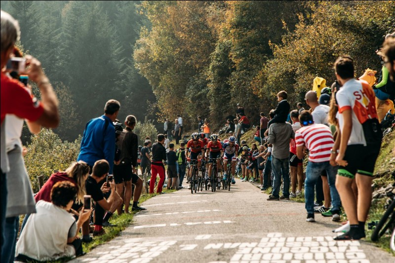 La saison est sur sa fin, mais il reste les classiques des feuilles mortes. La plus connue d'entre elles est le cinquième et dernier monument de la saison. Qui a remporté le Tour de Lombardie ?