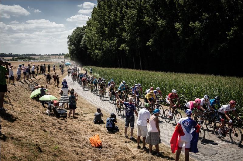 Enchaînons avec les classiques flandriennes et les pavés. De nombreuses courses se sont déroulées pour préparer le Tour des Flandres. Qui est arrivé à franchir la ligne en tête sur cette célèbre course belge ?