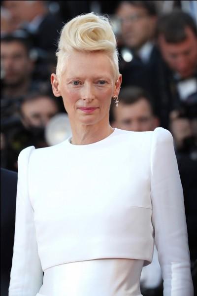 Dans quel film Brad Pitt naît avec l'apparence d'une personne de 80 ans alors que Cate Blanchett naît normalement ?