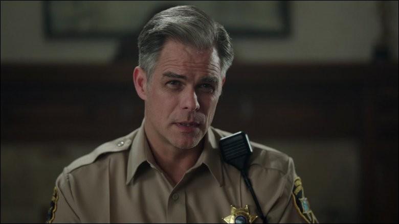 Avec qui le shérif Keller entretient-il un relation cachée?
